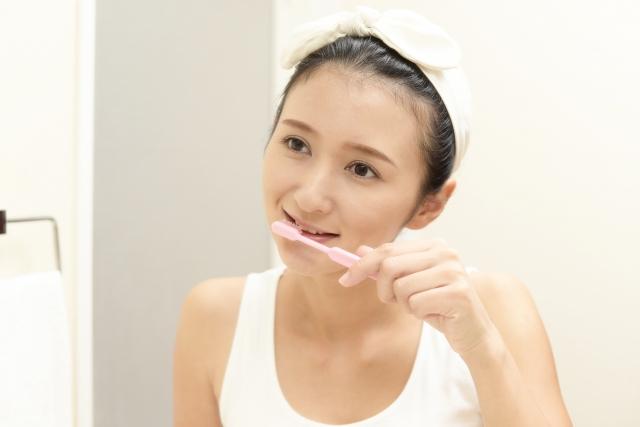 銀座みらい歯科|ブログ|意外と知られていない?歯ブラシの正しい選び方|歯磨きをする女性の画像