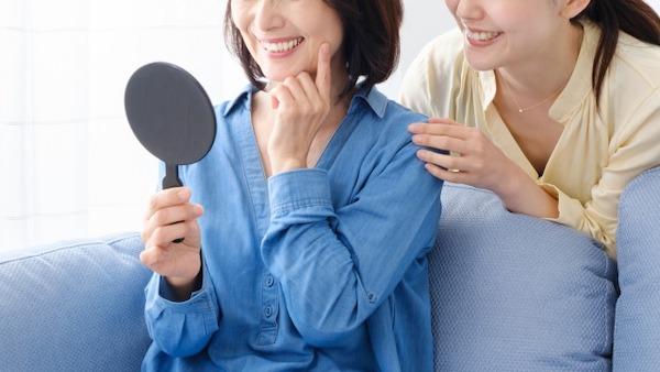 銀座みらい歯科 _インプラントできれいでしっかり噛める歯を手に入れた女性と娘のイメージ