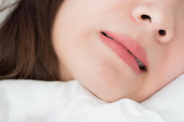 銀座みらい歯科 ブログ_睡眠中に歯を食いしばる女性のイメージ