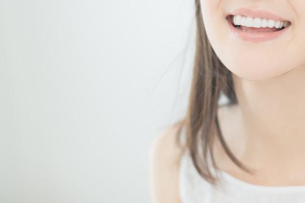 銀座みらい歯科 のホワイトニングキャンペーン_女性が白い歯を見せて笑う画像