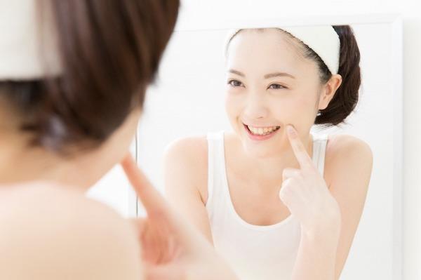 銀座みらい歯科 のセラミックキャンペーン_女性がセラミック治療をした白い歯を見せて笑う画像